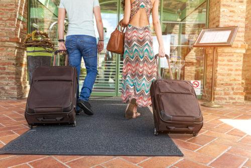 coppia_turisti_giovani_hotel_albergo_vacanza-id29483